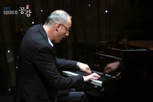 Pianist and composer Pasquale Stafano performed at EBS Nationa TV in South Korea